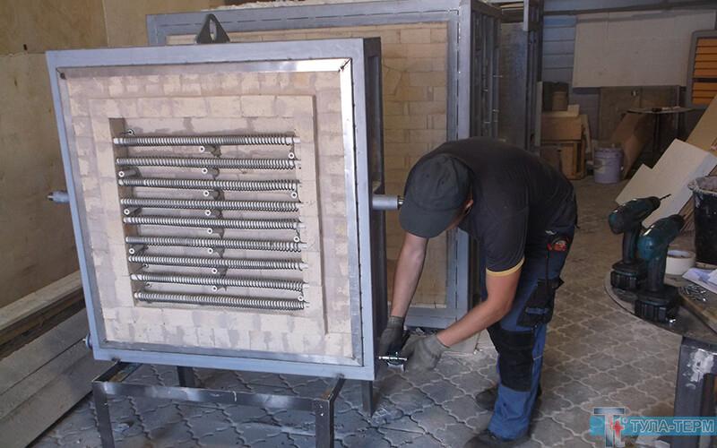 Сборка двери промышленной камерной печи в цехе Российского машиностроительного завода