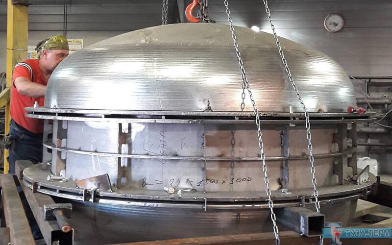 Сборка полусфер вакуумной печи для обработки титана намашиностроительном заводе.